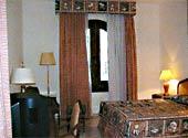 Отель построен 3-х этажными корпусами и одноэтажными бунгало
